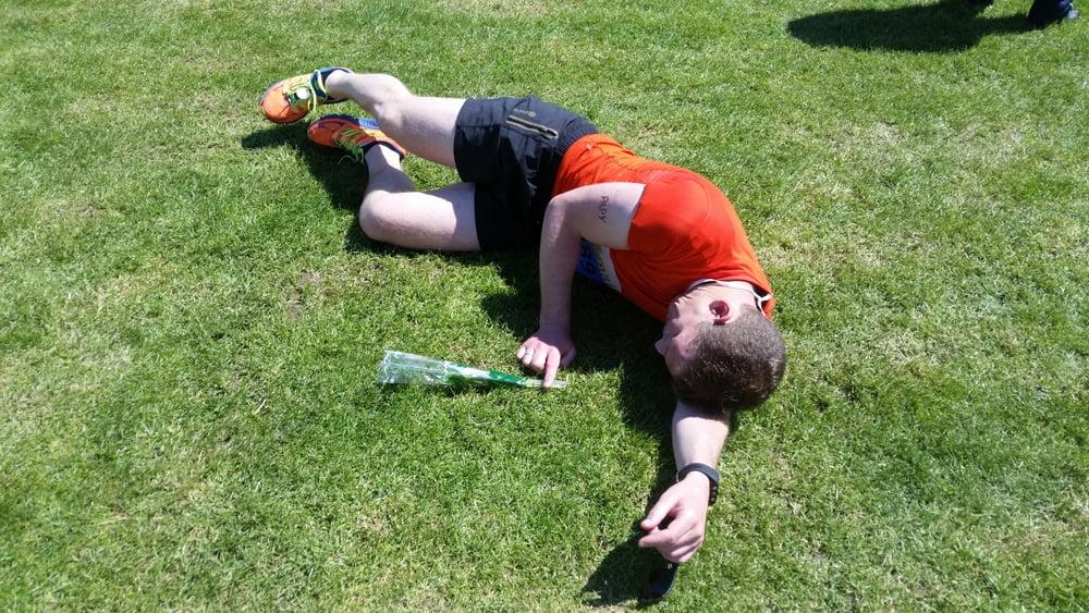 Repos dans l'herbe d'un runner
