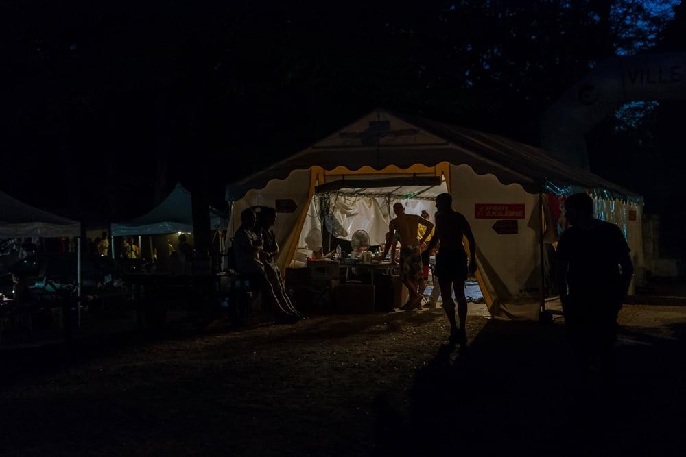 La tente des secours des pilotes de VTT