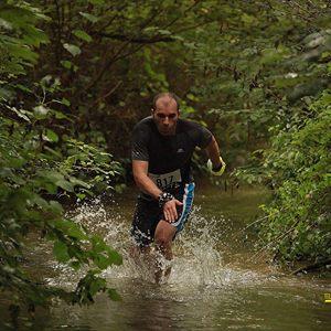 Ludo dans la rivière pendant ce trail