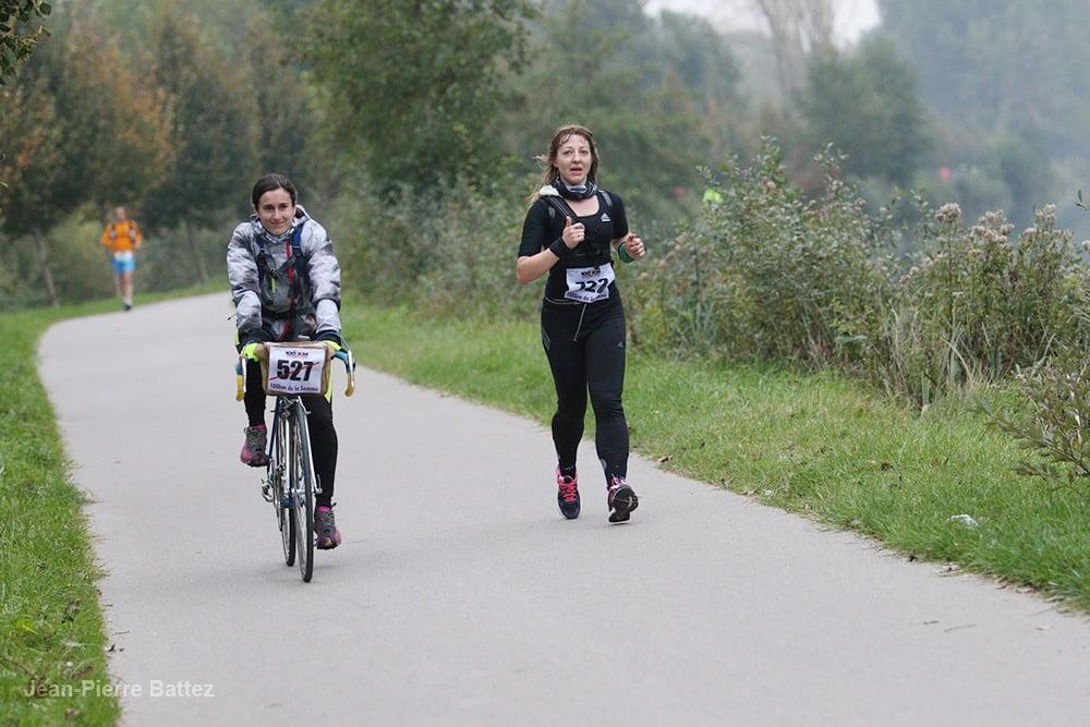 Mimi a côté d'un coureur du 100 kms d'Amiens