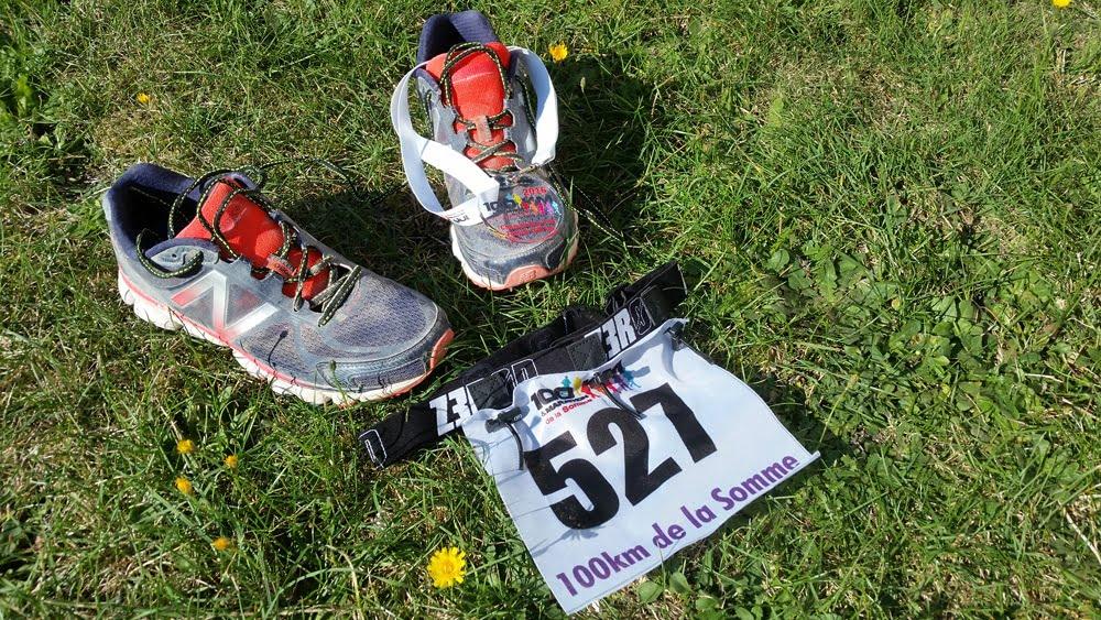 Chaussures et dossard après la course à pied