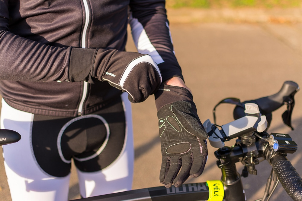 Se protéger avec des gants pour cyclisme