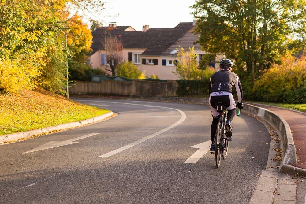 Un cyclisme en descente