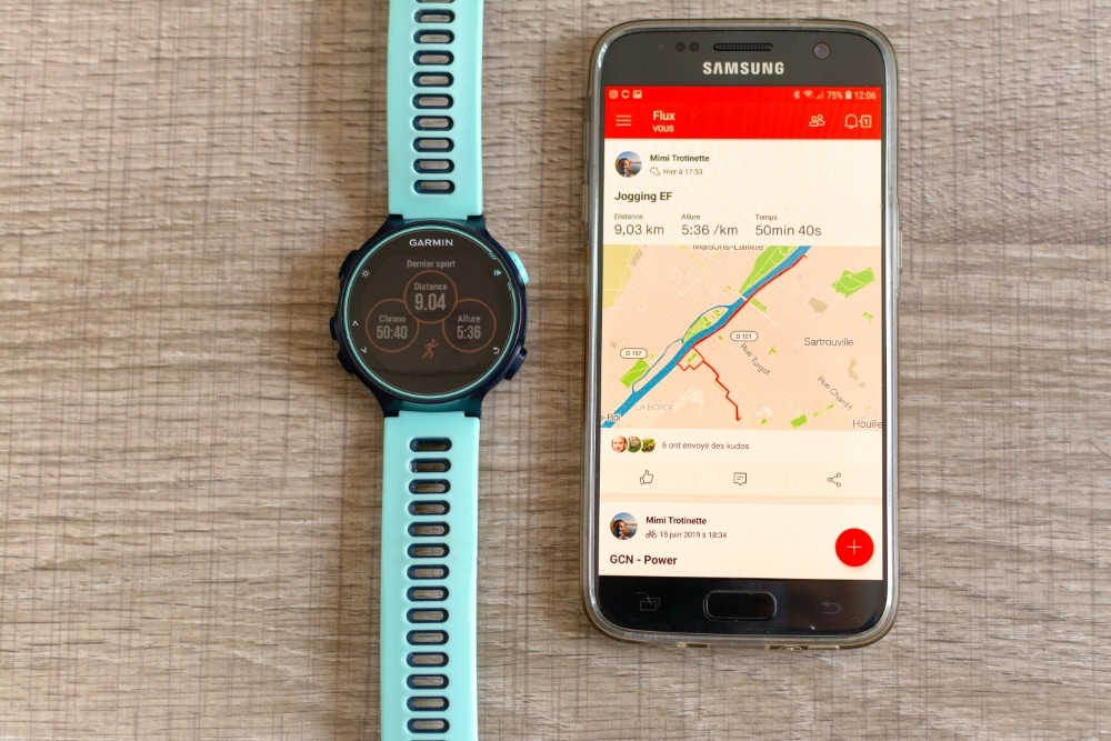 Une montre GPS Garmin avec un smartphone Samsung Galaxy